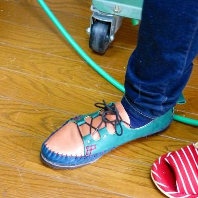 外部でのワークショップ用靴サンプル中   日記   シューネクスト