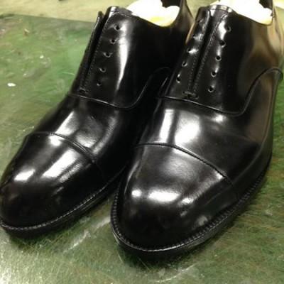 お友達の結婚式の為の靴です。 この方、いつもいつも人の為に作っていて感心します。 かっちりした紳士靴ということで頑固な革を使ったので苦労したそうです。本人の目指すイメージが、ちゃんと伝わる靴が出来たと思います。