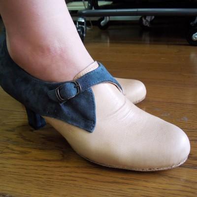 FBシューネクスト 女性らしいモンクストラップシューズです。 自分で作る楽しみは、カラーリングにもありますよね。 この方は、いつも色を楽しんで靴を作っています。  本人的には色々反省点があるようで... でもでも、失敗してこその成長ですから!