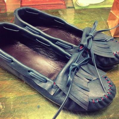 1/28手縫いモカシン講座 兵庫県高砂から靴作りに来てくれました!鞄の作家さんで同じ革で作る靴に興味があったということです。 鞄にはない立体になっていく感覚に病みつきになりそう!なって下さいね!