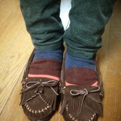 Facebook手縫いモカシン出来ました! 靴下とぴったりで可愛いです。 茶に黄の糸が映えてます。 世界にひとつの靴ですね(*^^*)