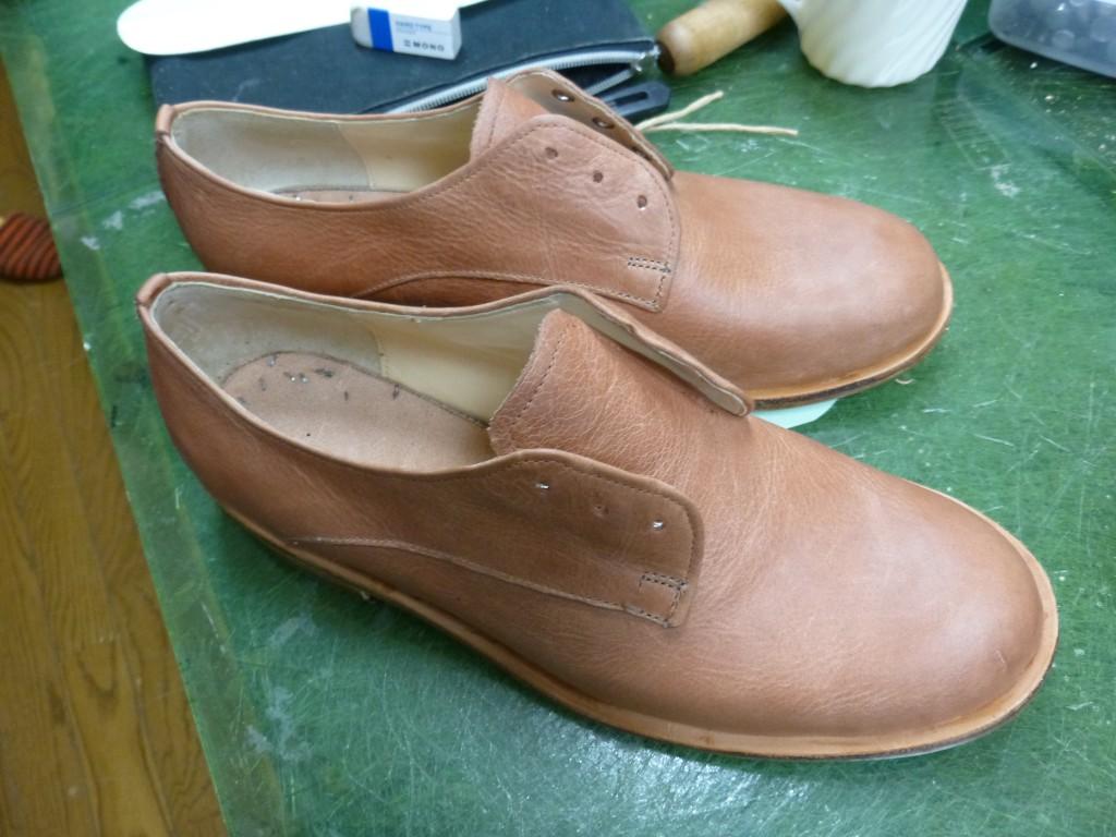 おりょ?福井先生、はじめての靴作りって本底部分は普通はゴム底じゃなかった? こちらの方は革底で作っているやん