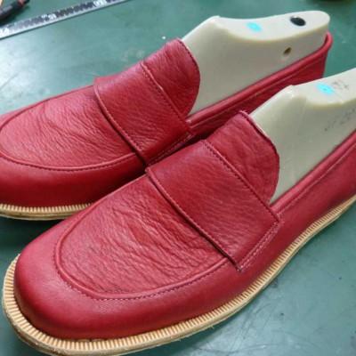 14-07-02のシューネクスト:モカシンやらデザイン作成中に究極のオーダーシューズで出来た靴   シューネクスト